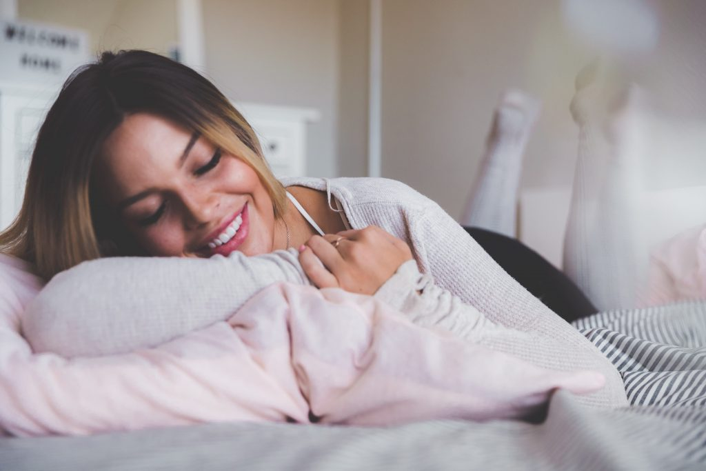 ベッドに横たわる女性と枕